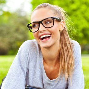 Du liebst Deine Brille und weißt aber nicht, wie Du Dich schminken sollst? Kein Problem: Wir geben Dir zehn wertvolle Tipps, wie Dein