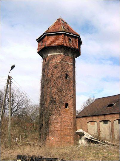 Wieża ciśnień na terenie dawnego gospodarstwa. Wybudowana prawdopodobnie na przełomie XIX i XX wieku. Obecnie jest własnością prywatną, ale nie są prowadzane żadne prace konserwacyjne i stopniowo niszczeje. Służy jako buda dla psa.