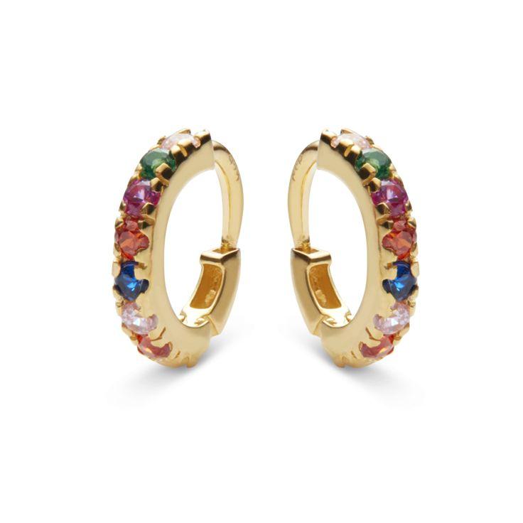 Smukkesmå hoop øreringe med de fineste farvede ædelsten indfattet hele vejen rundt, som lægger sig helt tæt på øreflippen. Elegante hverdags øreringe. Sterling sølv(925), belagt med 18 karat guld i blankpoleret finish. Varenummer: 9337 a.