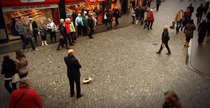 Manden kaster sin hat på jorden, og alle stopper op for at se på ham. Men så beslutter hans sig for at….