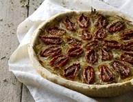 La crostata con pomodori a mezzo, una torta salata gustosa e saporita, è una ricetta tipica della cucina giudaico romanesca. Un antipasto sfizioso tutto da provare!