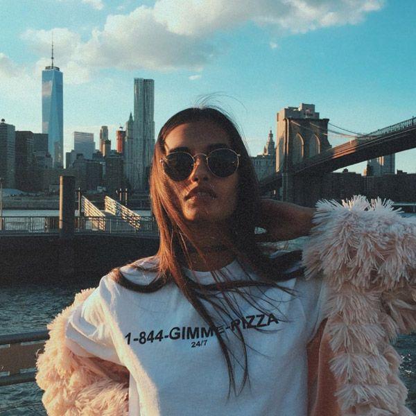 Look da modelo Gizele Oliveira com t-shirt + casaco de pelúcia.