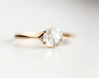 Mit atemberaubenden weißen Mittelpunkt Diamanten umgeben von winzigen weißen Diamanten auf beiden Seiten, heiratet diese antike inspirierten Verlobungsring Einfachheit mit Funkeln in solide 14 k Gelbgold. Klassischer Stil entsprechend jeder Epoche, dieser Ring soll einen bleibenden Schatz in Ihrer Familie seit Generationen schätzen werden.   ♦ Metall: massiv 14k gold, hell Polieren Finish ♦ Edelsteine: der Center-Diamant in Ihren Ring werden SI2 Klarheit oder höher, H-Farbe oder besser, 4,85…