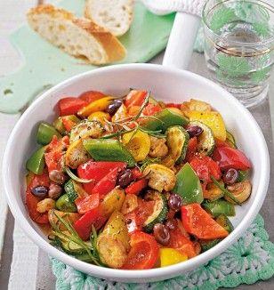 Geröstetes Ofenratatouille Rezept: Paprikaschoten,Zucchini,Tomaten,Champignons,Zwiebel,Knoblauchzehe,Rosmarin,Thymian,Olivenöl,Salz ,Pfeffer,Oliven
