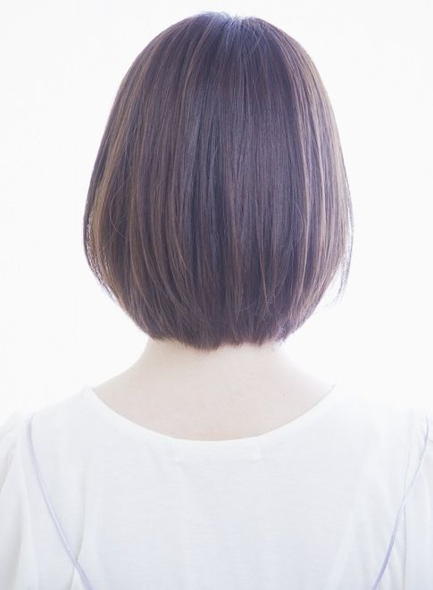 ナチュラルなストレートのシルエットと流し前髪の重軽ボブです☆子供っぽくなりがちな前髪ありボブは耳かけで大人っぽくも見せれます。あご下のラインの重めベースに前髪は流しやすくマッシュラインにカットして小顔効果抜群!
