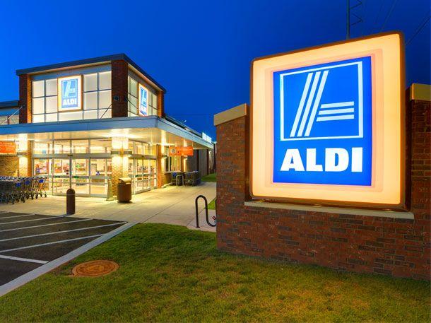 Bei Aldi bekommt man jetzt nicht nur günstige Produkte, sondern auch Bargeld. Der Discounter führt einen Service zum Geld abheben ein.