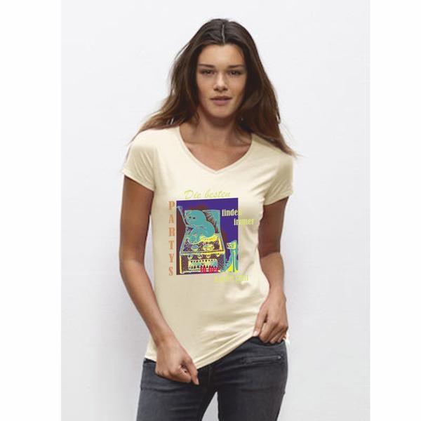 """Sehr schönes Woman T-Shirt in natural mit dem bekannten """"Monster"""" in der Küche. Damit bist Du der absolute Hingucker auf der nächsten Party! Das T-Shirt besteht aus einem Kragen in 1x1-Rippstrick mit Nackenband, verdeckte Nähte an Saum und Ärmeln, leicht abgerundeter Saum. Single Jersey, 100% ringgesponnene, gekämmte Bio-Baumwolle, 120 g/m² Natürlich auch mit dem bekannten Nackenlogo im Rücken! Bitte beachten Sie die Pflegehinweise auf www.ajz-shirts.de."""