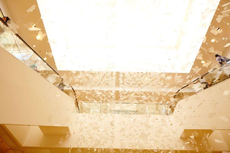 吹き抜けの天井から吊るされた蝶々のモビールは、蝶をシンボルとするニーマン・マーカスならではのディスプレイ。