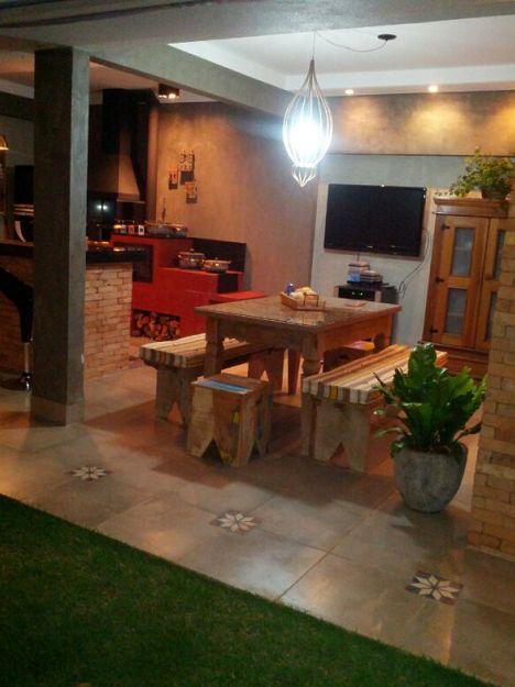será que dá para colocar a mesa embaixo da parte coberta? com a churrasqueira na área externa da casa?