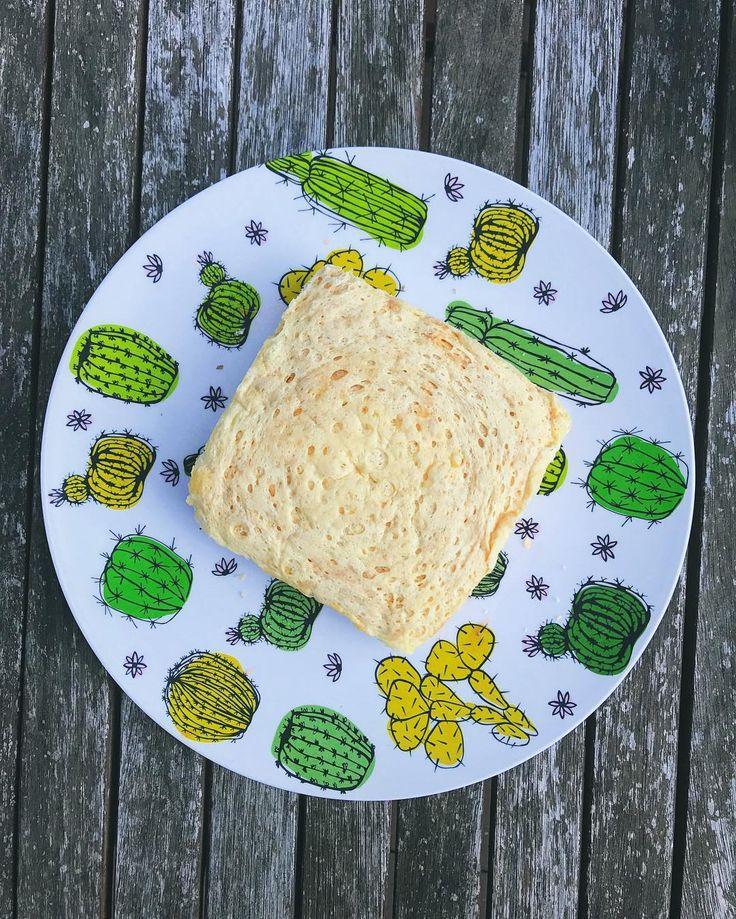 Meu pãozinho low carb fez sucesso no stories e como vocês aprovaram o resultado vou compartilhar a receita aqui no feed para não sumir depois. . Ingredientes: 1 ovo 1 colher de sopa de requeijão 1 colher de chá de fermento em pó 1 colher de chá de queijo parmesão . Preparo: Misture bem todos os ingredientes num pote/vasilha. Leve ao microondas por 4 minutos e... tá pronto. Simples assim! Dica: dá pra cortar ao meio e fazer uma espécie de misto quente ou fingir que é pizza e colocar coisas…