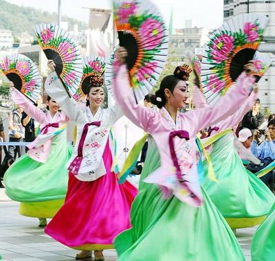 Dancers perform a fan dance at Seoul Station Plaza ahead of Chuseok.