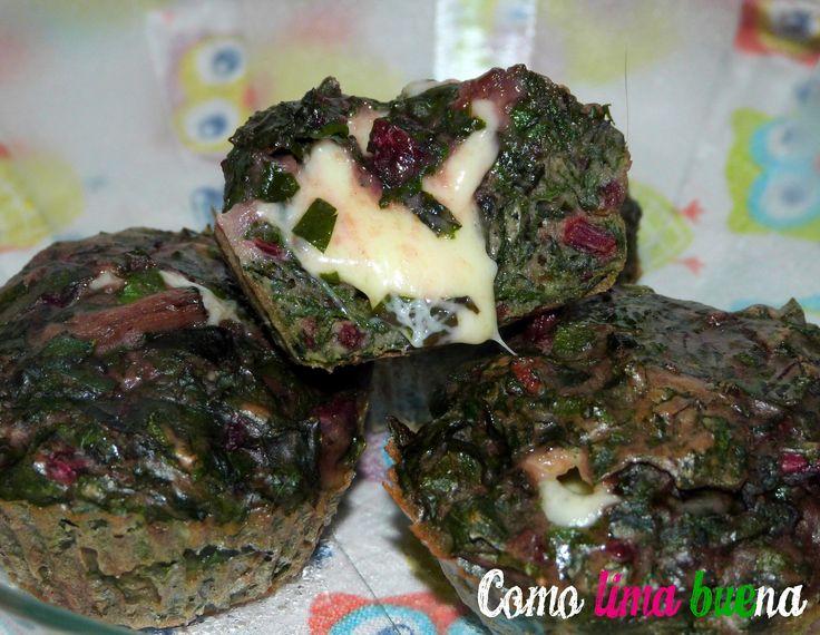 Muffins salados de hojas y pencas de remolacha con muzzarella.