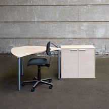 3R komplet iværksætter arbejdsplads i hvid eg. Består af en nypolstret ergostar kontorstol, lille kontorbord i hvid eg samt en reol i hvid eg med 2 låger. Reol leveres usamlet.  Reol og bordplade er nyt, bordben og kontorstol er brugt.