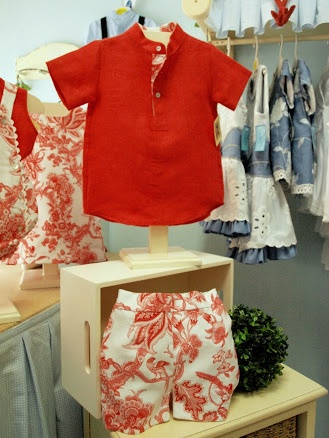 Colección Coral. Conjunto niño, pantalón en piqué estampado y camisa en lino con detalle en cuello