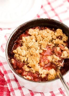 Crumble aux fraises et aux framboises