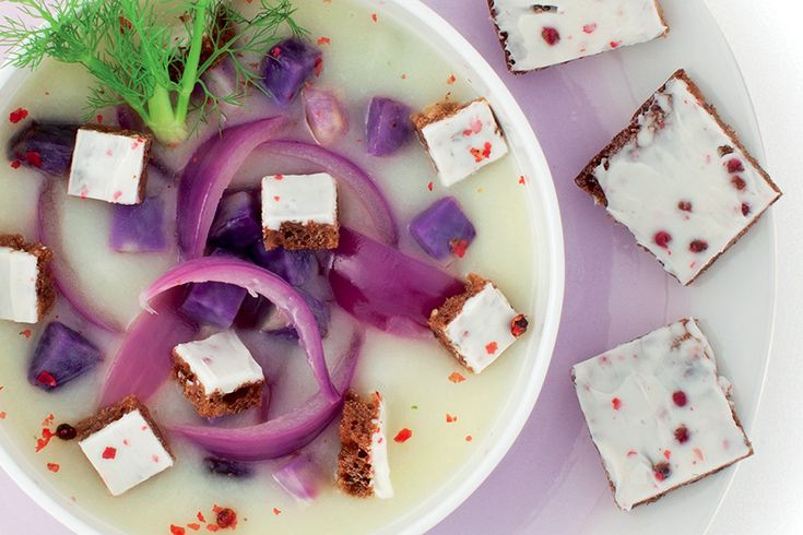 Zuppa di finocchio con patate viola e cipolla rossa