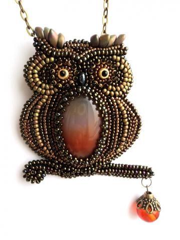Drollige Eule aus Perlen mit einem Stein als Bauch