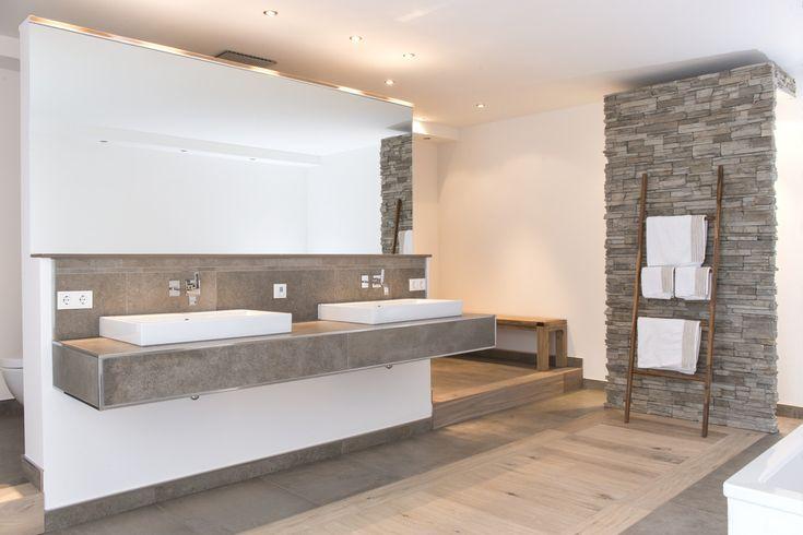 Kombination Holzboden - graue und weiße Wand