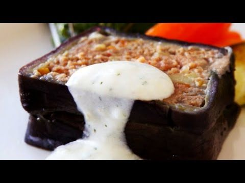 Moussaka com molho de iogurte