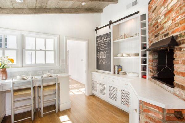 Wandgestaltung-mit-Kreidetafel-rustikale-küche-ziegelwand-holzdeckenbalken