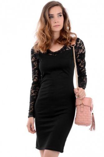 Sort bodycon kjole med lange armer i blondestoff og blonder på ryggen og rundt halsen.  Inneholder 95% polyester og 5% elastan.