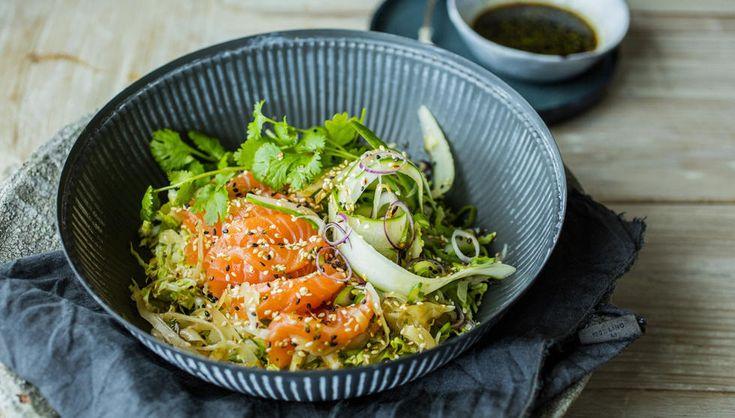 Kinakålsalat med syltet ingefær, rå laks og soyadressing er den ærlige utgaven av min lunsj- eller kveldsmat. Her er det viktig å ta seg tid til finsnitting, kutting og strimling. Det er nemlig enormt stor forskjell på finskåret og røft hakket.