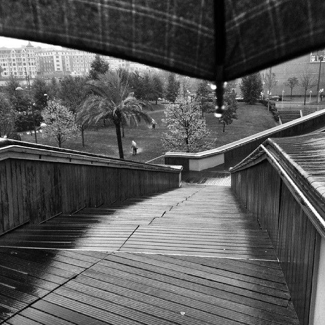 El puente del Padre Arrupe y el paraguas que nos acompaña esta semana. Imagen de asier gallastegi @gallas73