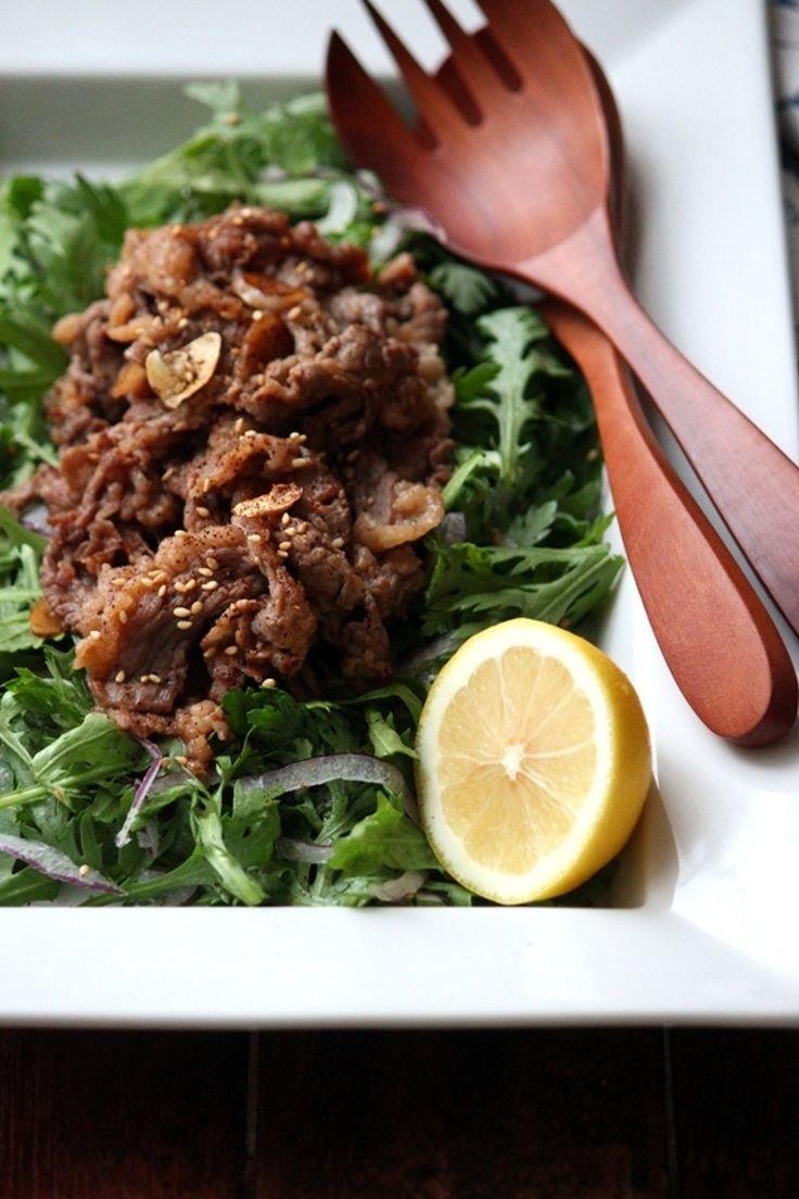 しっかり味付けした牛肉のオイスター炒めを生の春菊ののせて。レモンを絞ってサラダ風にしたら、野菜もお肉もたくさん食べられます。