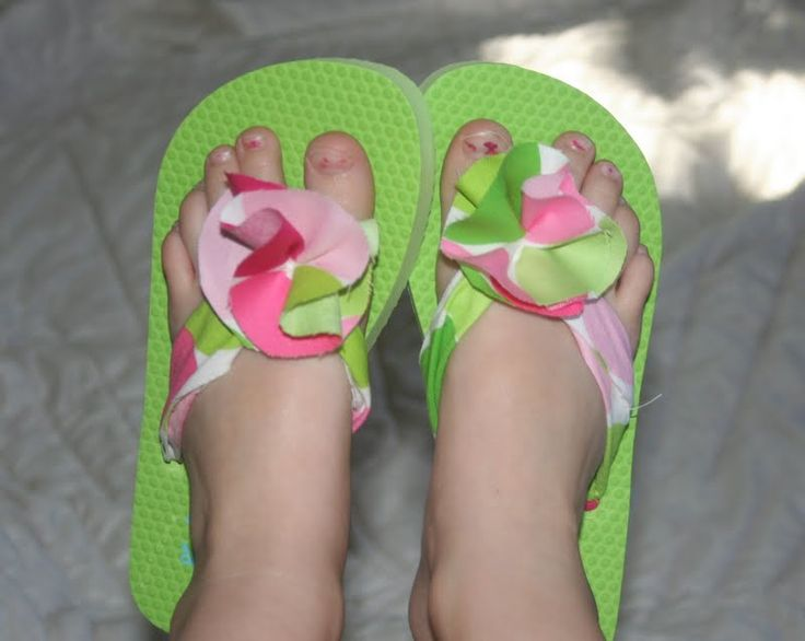 If you haven't noticed, I LOVE to fix up flip flops. Check out my other flip flops from the past Here & Here . But recently I saw This v...