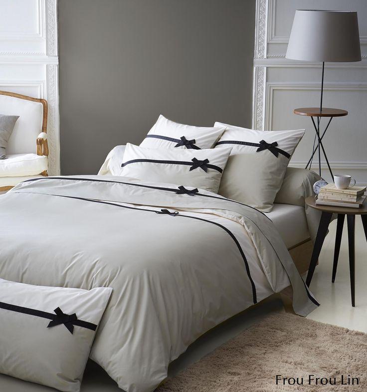 C'est le must-have de la saison : la parure de lit Frou Frou Lin. Ce modèle est en 100% percale de coton, 78 fils/cm², de fabrication française. Cette parure de lit incarne le raffinement, le chic français avec des motifs fins et délicats, associant des couleurs douces pour créer une ambiance cosy. Vous aimerez ce galon noir relevé par un petit nœud très subtil. #lingedelit #madeinfrance