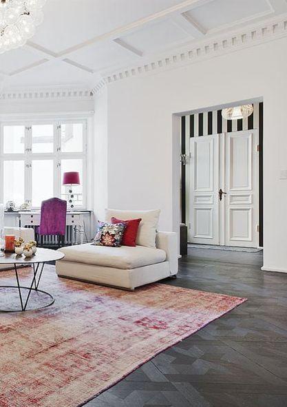 Living room, vintage modern mix, pink carpet, black parquet, striped wallpaper, white walls, pink.
