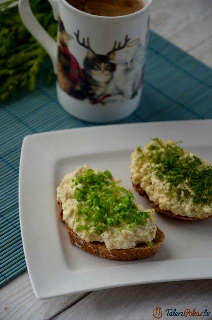 Kanapki z banalną w przygotowaniu pastą jajeczną są jednymi z naszych ulubionych. Niby nic wielkiego, ale jajka w takim wydaniu smakują naprawdę świetnie, pastę można przyprawić wedle swoich upodobań np. ulubionymi ziołami, ja...