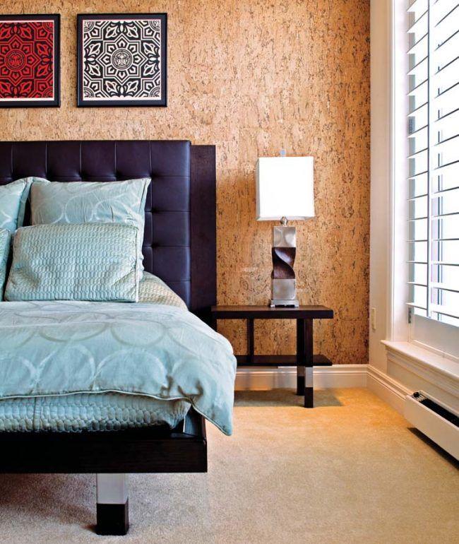 Уютная и теплая спальня с пробковой отделкой стен