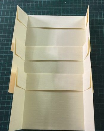 Hello, Aujourd'hui je vous propose, un mini tout mini. Assez vite fait pour un cadeau de dernière minute ! Il vous faudra : 3 enveloppes de 22 x 11cm 1 feuille de papier uni des chutes de papier scrap 1 ruban d'environ 70 cm Dans la 1ere enveloppe, marquez...