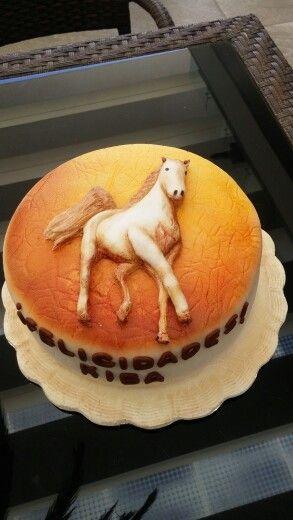 Pastel de vanilla decorado en fondant con figura de caballo en relieve.