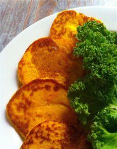 Jesienią na stole króluje dynia.Przynajmniej od tego roku... ;)Pyszna, zdrowa i łatwo dostępna.Dziś dynia w wersji śniadaniowej jako dodatek do placków jaglanych.Idealne śniadanie nie tylko dla dzieciaków.W jednym daniu przemycamy najzdrowszą kaszę, bardzo zdrowe warzywo i opcjonalnie: jajo!:)Skład w wersji podstawowej:(smak neutralny, lekko słodkawy z powodu dodatku dyni, idealny na śniadanie na słodko):upieczona dynia (np.…