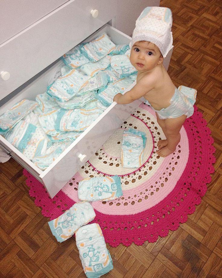 Ahammm!! Pega em flagrante , adora essa gaveta, olha a cara de assustada . Look do dia  . . #bagunça #adoro #eudeixo #fraldas #fofura #rainhadasfraldas #nicole #babynicole #baby #bebe #anjo #linda #minidiva #babystyle #babyfashion #fashion #lovegirl #love #amor #maecoruja #maternidade #maedemenina #mundorosa #mundopink #pink #look #lookdodia #bomdia #domingo