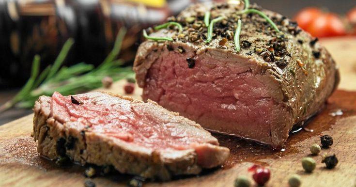 Det saftiga köttet och den krämiga gratängen passar utmärkt med rödvinssås.