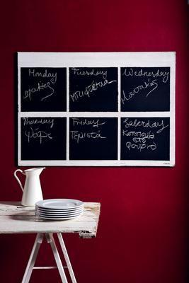 Μαυροπίνακας στην κουζίνα Ο μαυροπίνακας είναι πρώτης τάξεως ιδέα για διακόσμηση στην κουζίνα. Αγόρασε ένα κομμάτι κόντρα πλακέ, βάψε το λευκό και άφησέ το να στεγνώσει. Σχεδίασε με έναν χάρακα τα τετράγωνα και κόλλησε γύρω γύρω αυτοκόλλητες ταινίες για βάψιμο, ώστε να μην ξεφύγει η μπογιά. Πέρασε τα τετράγωνα με την ειδική μπογιά σε μαύρο χρώμα και άφησέ τη να στεγνώσει. Την επόμενη μέρα ξύσε με γυαλόχαρτο για να φύγει η γυαλάδα και να μπορείς να γράφεις πιο εύκολα.