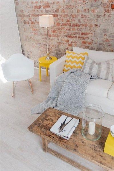 salon decoration industrielle jaune coussin chevron