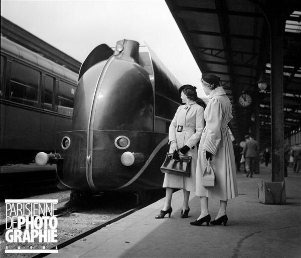 Paris - 1937 - Locomotive aérodynamique à la gare de Lyon, mise en service par la Compagnie Paris-Lyon-Marseille (PLM) en 1937 - Photo de Boris Lipnitzki - Fonds Roger-Viollet