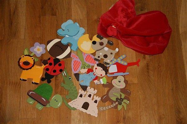 Παιχνίδι δημιουργίας ιστοριών με αντικείμενα. Κάθε παιδί διαλέγει ένα αντικείμενο από ένα πουγκί και ξεκινάει μία ιστορία με αυτό. Ένα άλλο παιδί παίρνει ένα άλλο αντικείμενο και συνεχίζει την ιστορία βάζοντας και το δικό του αντικείμενο στην ιστορία κ.ο.κ. Τα αντικείμενα μπορεί να είναι ζωγραφιές, παιχνίδια, ζωάκια, κτλ.