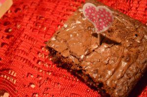 Brownies au Nutella  Ingrédients 1 tasse de pépites de chocolat  1/2 de tasse de Nutella 1/3 de tasse de beurre 1 tasse de sucre 2 œufs 1 tasse de farine 1 c. à thé de vanille