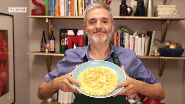 ¿Con cebolla o sin cebolla? ¿Cuajada o líquida? Aquí tienes la vídeoguía definitiva para hacer tortilla de patatas, basada en los consejos de tres ganadores del Campeonato de España.