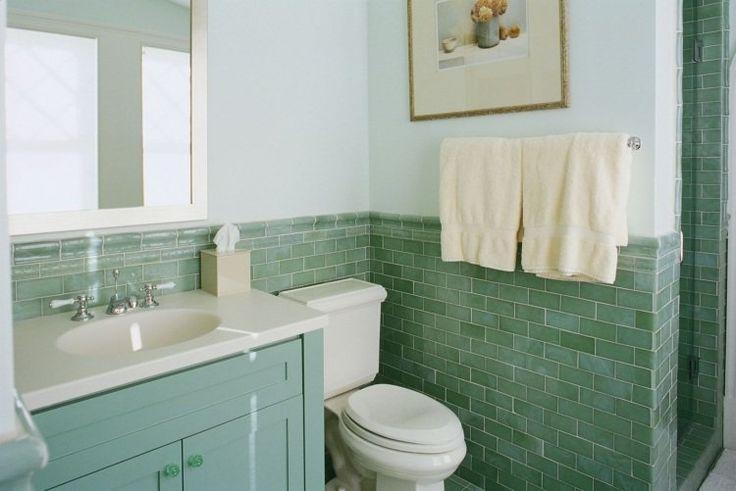salle de bains design avec carrelage mi-hauteur et peinture vert pâle
