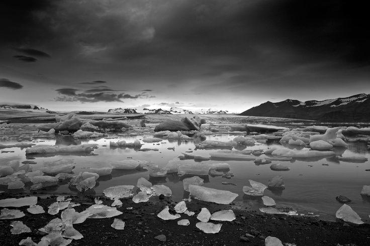 """Ice Jökulsárlón signifie """"lagune du glacier"""". Les blocs de glace se détachent du glacier de Vatnajökull, les icebergs dérivent sur le lac parfois pendant plusieurs années avant de rejoindre la mer par un petit canal. #islande #iceberg #black #white #Iceland"""