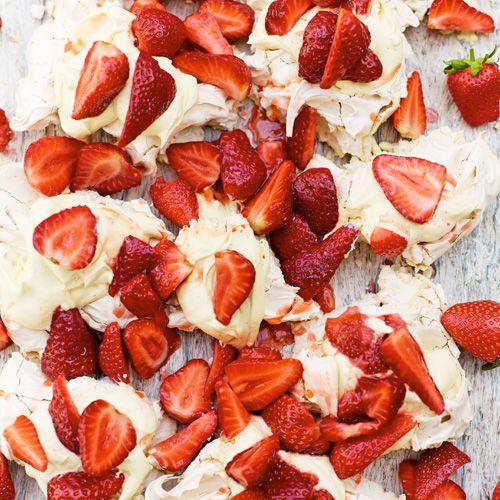 Eton mess maak je met meringue, fruit en slagroom. In dit recept maak je de meringue zelf. Dat kost even wat tijd en werk, maar dat is het helemaal waard! 1 Verwarm de oven voor op 150 ºC en bekleed een bakplaat van 40 x 25 cm met bakpapier....