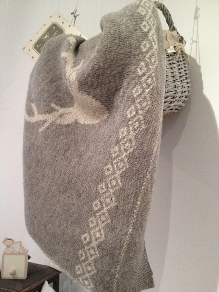 Mantita gris , con detalles de navidad la maleta de mi hermana