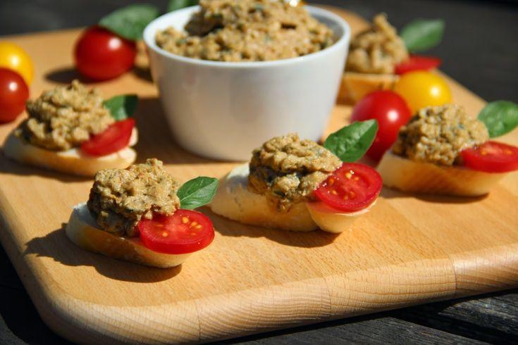Na přípravu budete potřebovat:    1 hermelín ( použila jsem pikantní )  kousek másla  1 pečený lilek  pár sušených rajčat  2 - 3 strouž...