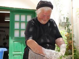 Ζυμωτό ψωμί και παξιμάδια από τη γιαγιά Μαρία - στον Πίκρη Ρεθύμνου   TasteFULL